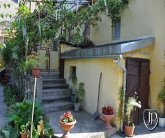 Szeretne egy polgári stílusú, nagyon szép ,világos, hangulatos lakást saját  udvarral frekventált he